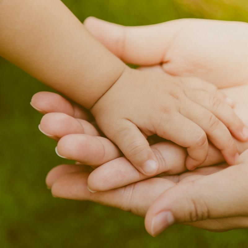 Отпуск при осиновяване на дете- 365 дни и пълно обезщетение за осиновители на деца до 5 г.