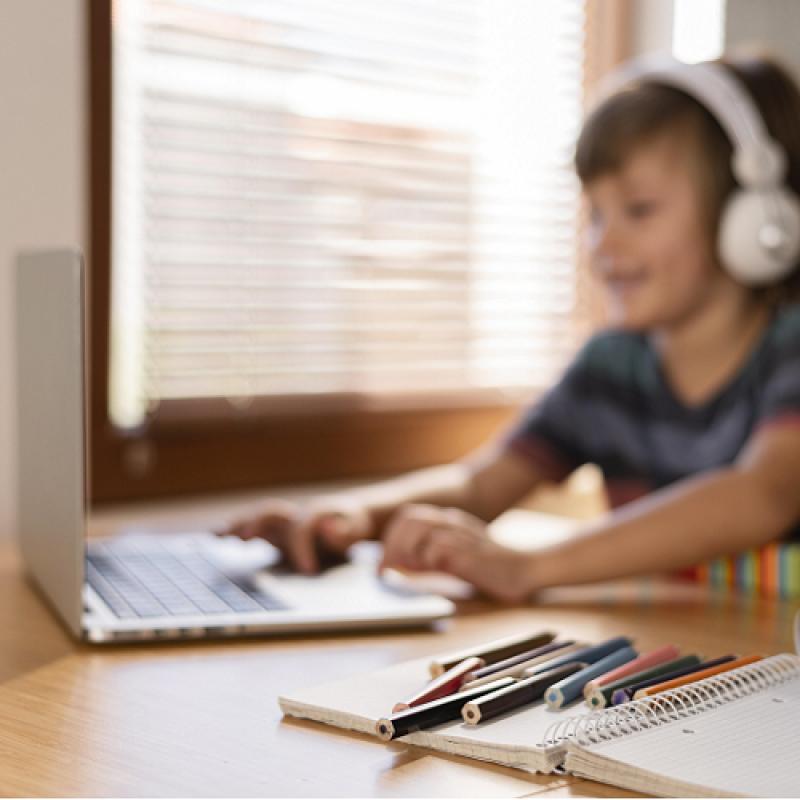 Държавна помощ за родителите на деца до 14 години, които учат дистанционно